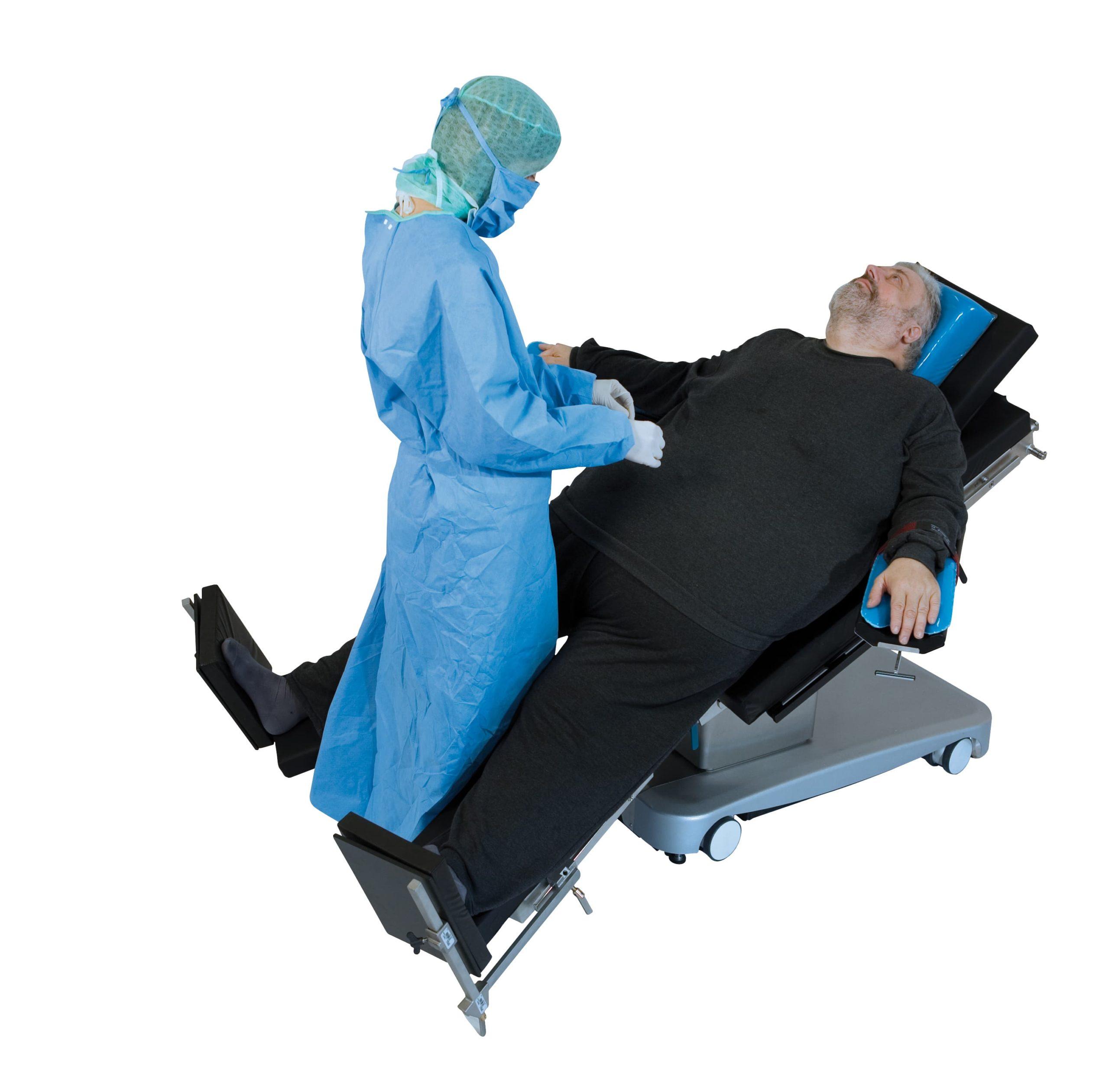 Пациент лежит на операционном столе в позе звезды